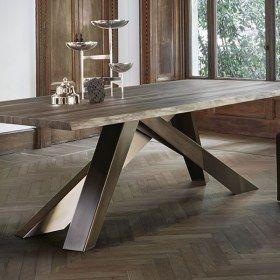 Le gambe di Big Table sono in acciaio tagliato laser e verniciato opaco in numerose combinazioni di colori: rosso corallo / arancio / verde / lilla, rosa cipria / marrone / tortora / amaranto, oppure totalmente in grigio antracite, bianco, bordeaux, tortora, marrone Corten o finitura bronzo-rame. Il piano è realizzato in molteplici materiali e finiture. Big Table è disponibile in versione tavolo fisso o allungabile.