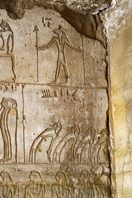 Habitación adicional al Vestíbulo , Inscripciones del Libro de los muertos, Osireón de abidos , Abydos , Osireión , Osirion. | por Soloegipto