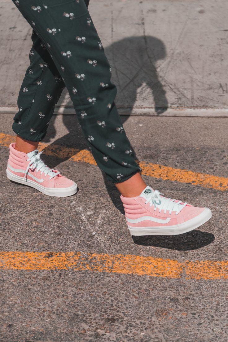 Las Vans Sk8-Hi🌸 fueron hace 50 años las primeras zapatillas de skate con botín que hizo la marca,inspiradas en las clásicas deportivas de baloncesto de los años 80🔥.Encuéntralas en 👉zapatosmayka.es👈