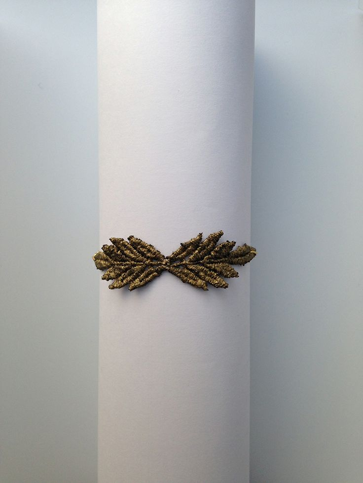 Pulsera de encaje en forma de dos pequeñas hojas. Más propuestas en www.cristinacardenas.es // Shop at www.cristinacardenas.es
