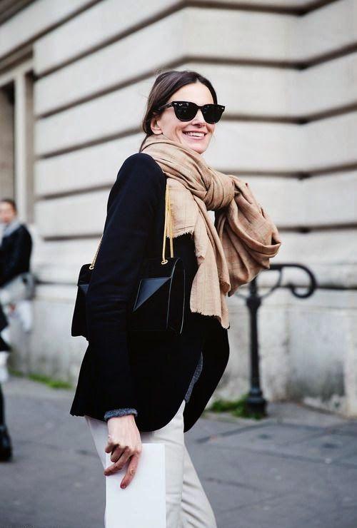 zwarte blazer, sjaal knopen, wayfarer zonnebril, zwarte tas