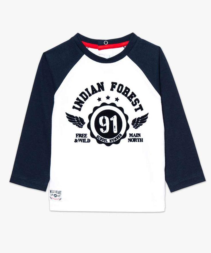 """Un petit look inspiré des campus Américains pour bébé ? Optez pour ce tee-shirt manches longues floqué bicolore. On aime sa matière 100% coton agréable à porter et sa large sérigraphie poitrine avec inscription """"Indian Forest""""."""