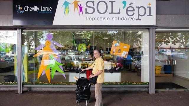 Selon une étude du cabinet McKinsey portant sur dix entreprises sociales françaises, les économies pour la collectivité se chiffrent à plus de 5 milliards d'euros par an. Ici l'épicerie solidaire de la rue du Poitou, à Chevilly-Larue.