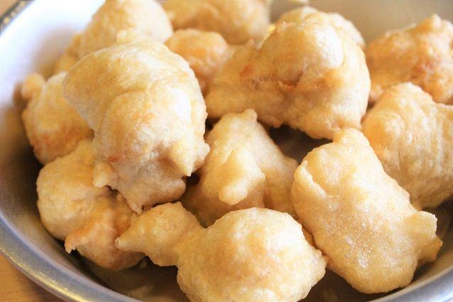 Le zeppole di pasta cresciuta sono un classico della frittura napoletana, un antipasto sfizioso e semplice da realizzare con un impasto di sale, acqua, farina e lievito