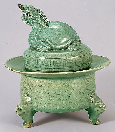 "Korean pottery art Celadon ware ""Inscense burner in the shape of dragon and tortoise"" Early 12th century, Goryo dynasty Height 20cm, total height 20.4 vm, diameter 10.2 cm Bottom dia 13.1cm National treasure No.1027"
