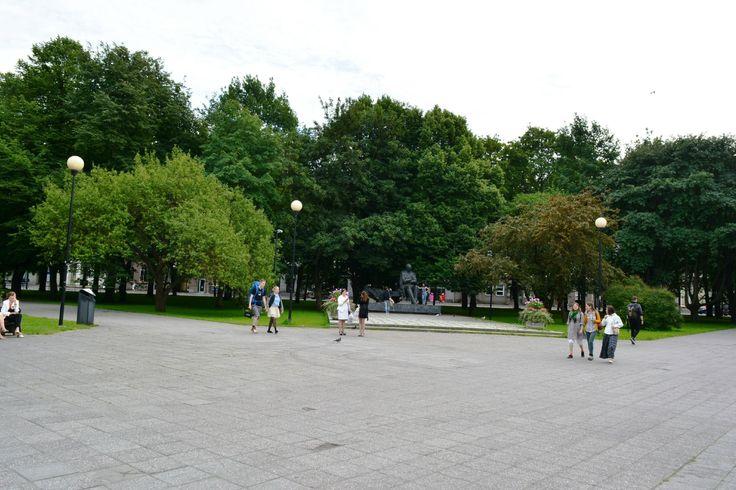 Tammsaare-puisto on Tallinnan-matkaajalle hyvinkin tuttu. Se sijaitsee ydinkeskustassa Viru-hotellin kulmalla ja sen läpi voi kulkea Vanhaankaupunkiin. Puistossa onkin hyvä lepuuttaa jalkojaan. Sen länsisivulla sijaitsee Viron kansallisteatteri, ja puisto on saanut nimensä virolaiskirjailija Anton Hansen Tammsaaren mukaan. Hän on saanut puistoon myös patsaan. Puisto on erityisesti nuorison suosima tapaamispaikka. #eckeröline #tammsaare #tallinna