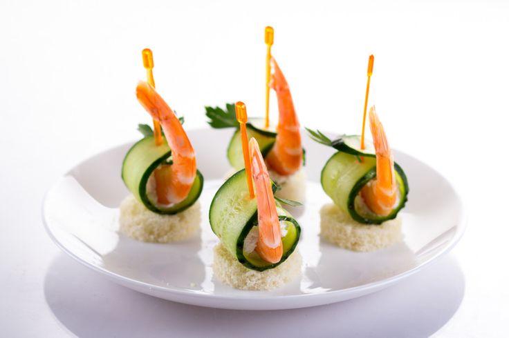 Канапе — маленькие бутерброды «на один укус» — идеальная закуска для праздничного стола или фуршета. Готовить их можно из любых продуктов, руководствуясь вкусом и правилами сочетаемости. Мы предлагаем взять на заметку 10 простых рецептов праздничных канапе.