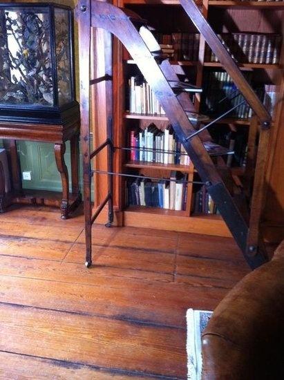 Oude houten vloeren in museum Geelvinck in Amsterdam    rolling library ladder