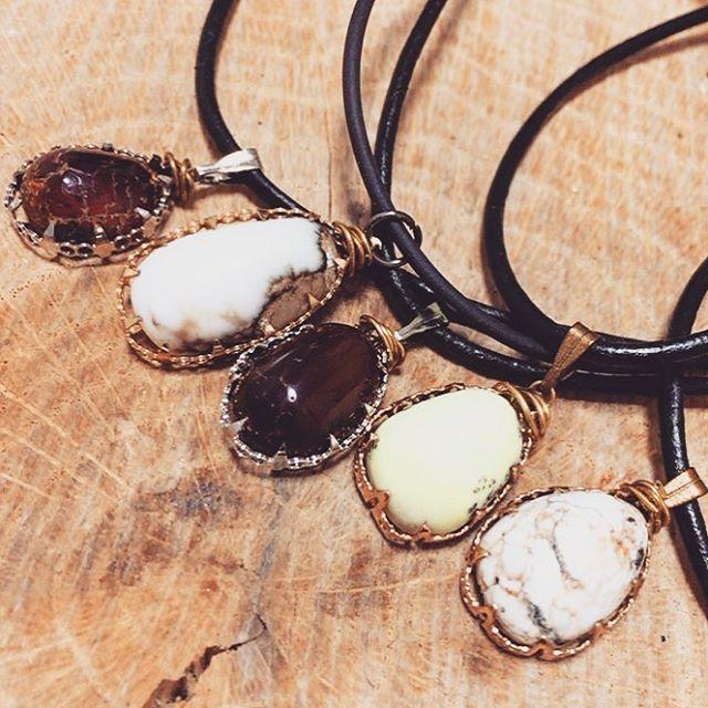 my handmade pendants for winter season. baltic amber x2, white buffalo turquoise ,wild horse magnesite,lemon magnesite. すっかり寒くなりましたね❄️ 冬にオススメのワイヤーペンダント! バルチックアンバーx2 ホワイトバッファロー、ワイルドホース、レモンマグネサイト。暖かみの有る琥珀色、雪の様な白、柔らかい檸檬色とそれぞれ個性ありかつ冬のお洒落とも相性良さげじゃないでしょうか? #ハンドメイド #ハンドメイドアクセサリー #handmade #handmadeaccessory #balticamber #balticambernecklace #whitebuffaloturquoise #wildhorsemagnesite #magnesite #lemonmagnesite #lemonchrysoprase #レモンマグネサイト #レモンクリソプレーズ #ホワイトバッファロー #ホワイトバッファローターコイズ #ワイルドホース #琥珀…