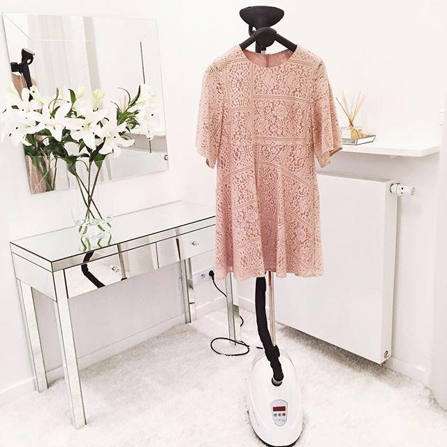 Aktualnie nie wyobrażam sobie innego żelazka niż parowe u siebie w domu. A ten model świetnie sprawdza mi się przy prasowaniu sukienek jak i również zasłon 👌🏻 @steamaster🎗  Przyzwyczaiłam Was do kodów😆 dlatego od dzisiaj przez tydzień macie 10% zniżki na stacjonarne modele na kod: emilievivre na ich stronie.  #my #bedroom #steamaster #time