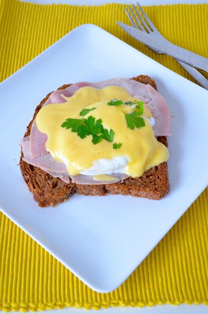 Lekker recept voor eggs benedict, eieren met een laagje Hollandaise saus.