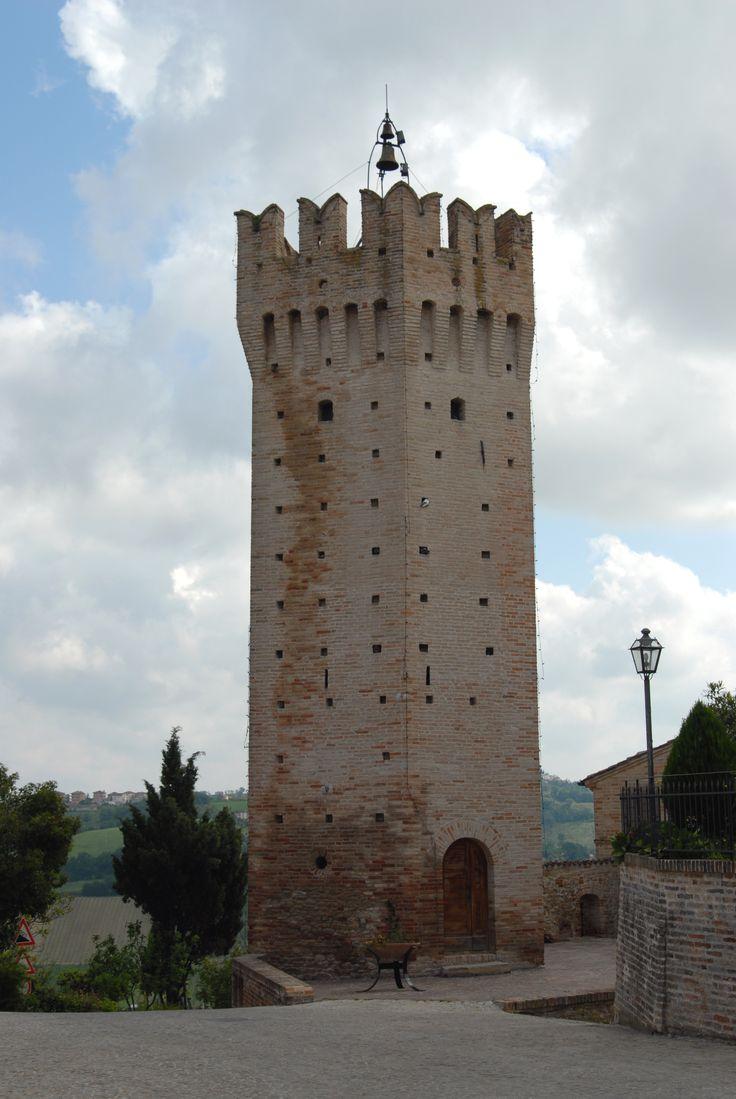 Torrione pentagonale Ghibellino del XIV° sec. e particolare della torre campanaria #marcafermana #ortezzano #fermo #marche