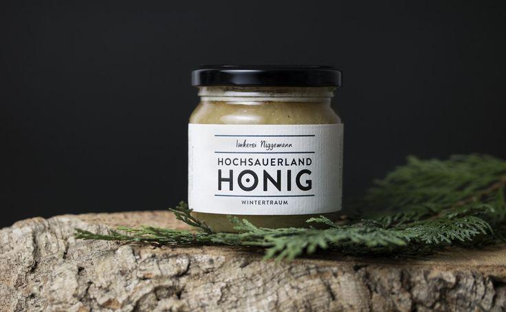 Die Imkerei Niggemann ist seit mehreren Jahren für ihren naturbelassenen, regionalen Honig der sauerländischen Bergflora bekannt. Neben fünf verschiedenen Honigsorten, gibt es auch drei Honigliköre nach eigenem Hausrezept. In den Höhenlagen des Hochsauerlandkreises entstehen Qualitätsprodukte, die nun durch ein markantes Erscheinungsbild ins Auge stechen. Dabei wird der traditionelle Honig mit moderner Typografie kombiniert. Das Etikett [...]