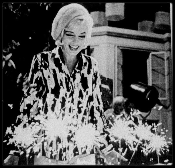 """1er Juin 1962 / (PART II) C'est sur le plateau du tournage du film """"Something's got to give"""", que Marilyn fête son 36ème anniversaire ; en effet, toute l'équipe du film lui fait une surprise en achetant un gâteau, du champagne et quelques cadeaux, après une journée de travail tout en conviant également quelques proches tels Eunice MURRAY, sa femme de chambre, le photographe George BARRIS, Henry WEINSTEIN le producteur, George CUKOR le réalisateur, Evelyn MORIARTY sa doublure, Agnes FLANAGAN…"""