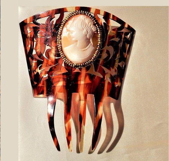 Ancienne GRANDE Peineta celluloïd mantille peigne victorien sculpté de 75 ans il y a + w / grand camée coquillage Antique entouré de perles de rocaille Bronze