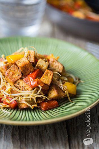 tofu in padella pomodorini peperoni germogli di soia