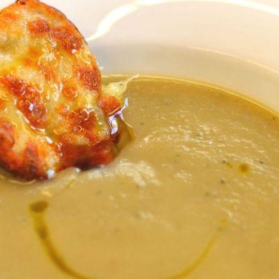 Αλατίζουμε και σιγομαγειρεύουμε τη σούπα για μισή ώρα περίπου. Δοκιμάζουμε, αλατίζουμε και προσθέτουμε το θυμάρι και το πιπέρι. Σ' ένα μπλέντερ αλέθουμε καλά την σούπα μέχρι να έχει ωραία και κρεμώδη υφή. Σερβίρουμε τη σούπα με μια φέτα ψωμιού (μπρουσκέτα) σε κάθε πιάτο.