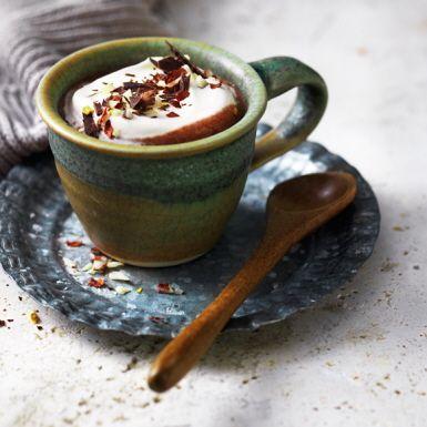 Inspireras av italienarnas sätt att dricka varm choklad – tjock och krämig ska den vara! Servera istället i lite mindre koppar. I den här lyxiga varma chokladen tillsätter vi apelsin och chili för extra smak och toppar med hackade nötter.