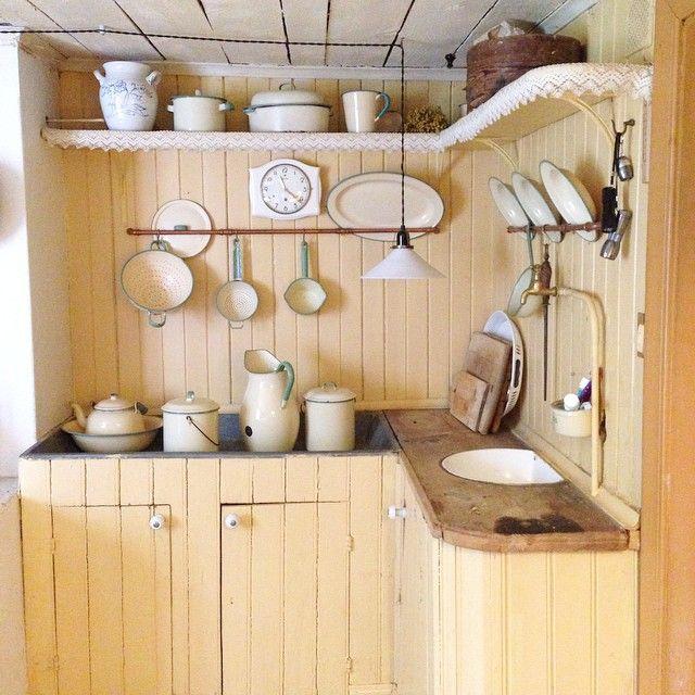 Ett kök där solen alltid lyser! Underbart att se originalinredning från 1930-talet bevarad i ett bostadshus. Pärlspontskåp, öppna hyllplan med virkade hyllband, zinkdiskbänk och emaljho. #byggnadsvård #finagamlakök