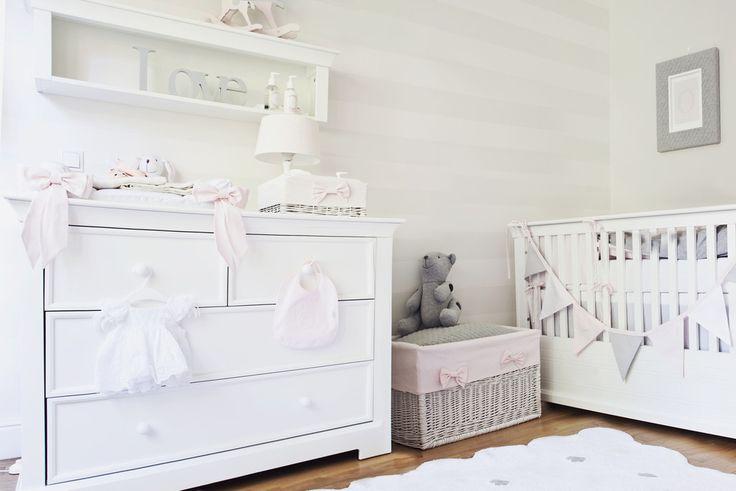Pokój dla dziewczynki, pokój dla niemowlaka, pokój dla córeczki zosi ślotały, biały pokój dziecięcy. Zobacz więcej na: https://www.homify.pl/katalogi-inspiracji/31976/jak-bedzie-mieszkac-coreczka-zosi-slotaly
