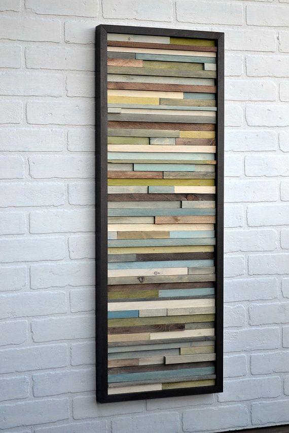 Sur mesure : cette oeuvre est faite entièrement de fragments de bois upcycled. Morceaux de bois ont été peints en verts, bleus, gris, bruns et