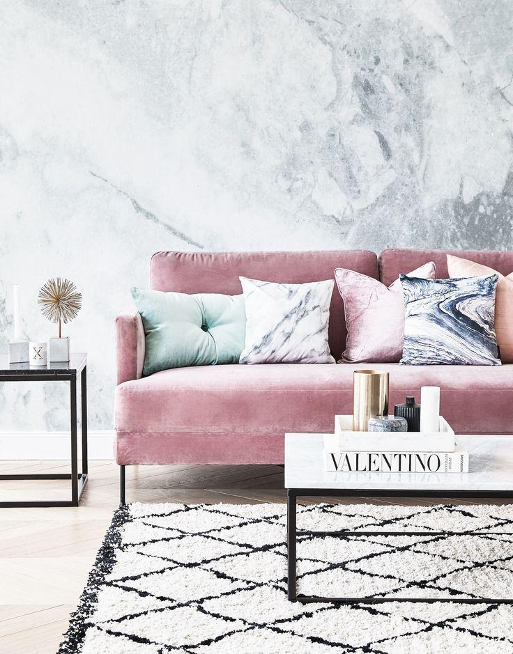 Pretty in Pink! Unser Lieblings Samt-Sofa in Rosa hier kombiniert mit trendigen Marmorkissen und einem Teppich im Beni Ourain Stil. Wenn das mal kein Look für einen echten Wohnzimmer Traum ist ❤️ // Couch Sofa Velvet Samt Deutscher Bloggerpreis 2017
