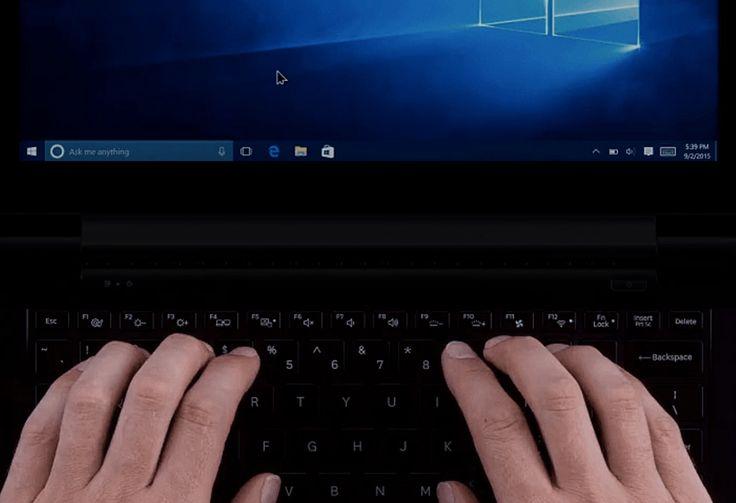 """Un laptop și un telefon cu ecranul Start Windows 10 pe afișaj. Există o față zâmbitoare în partea de sus a fiecărui cuvânt, """"Bună Miranda Vance"""""""