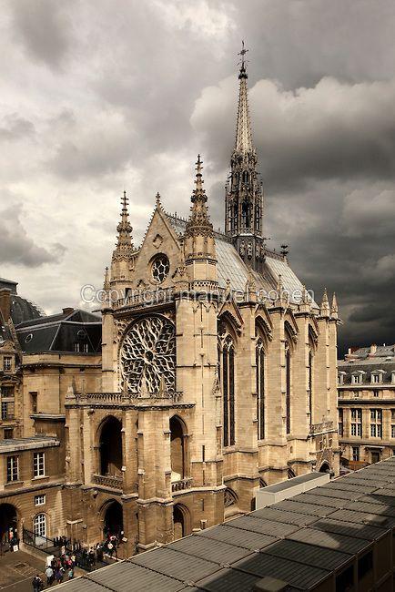 La Sainte-Chapelle (La Santa Capilla), 1248, París, Francia.  La Sainte-Chapelle fue encargado por el rey Luis IX para albergar su colección de reliquias de la Pasión, incluyendo la corona de espinas.  Quince grandes ventanales de mediados del siglo 13 se llenan la nave y ábside de La Sainte-Chapelle, considerado entre los más altos logros del período Rayonnat de la arquitectura gótica.