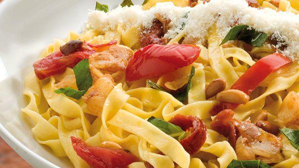 #Tagliatelle con tomate confitado, grana padano, piñones tostados, cebolla balsámica, ajo y #albahaca ¡Imposible de mejorar!