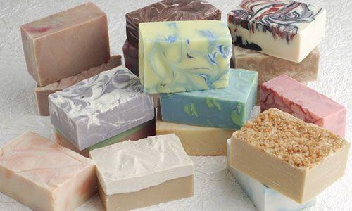 Håndlavede økologiske sæber i et væld af milde dufte. De fåes i mange forskellige varianter efter årstiden. Vælg din egen favorit.
