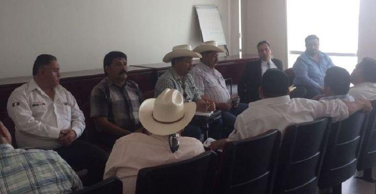 <p>Chihuahua, Chih.- Integrantes de organizaciones civiles de la zona occidente, fueron atendidos por el Fiscal General del Estado, César Peniche Espejel,