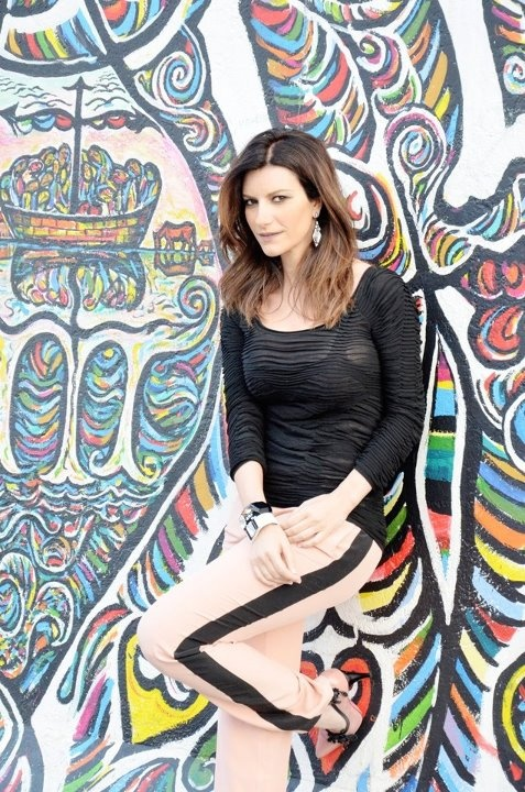 Laura Pausini Cool sungalsses just need$24.99!!! website for you : www.glasses-max.com