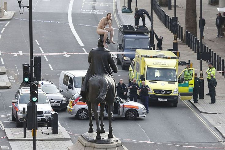 "Din fotografiile anului: ""A man sits naked on top of the statue of Prince George"""