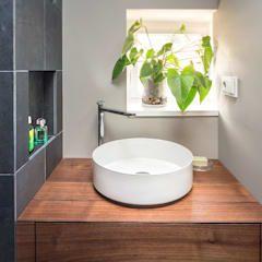badezimmer waschbecken holzplatte fliesen schwarz grau: minimalistische Badezimmer von CONSCIOUS DESIGN - INTERIORS