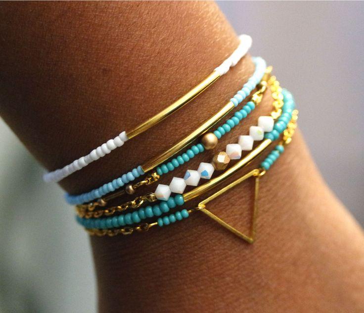 Bracelets femme fait main à l'aide de perles diverses, de rocailles, de facette de bohème et de métal couleur doré. Réglables avec fermoir mousqueton.