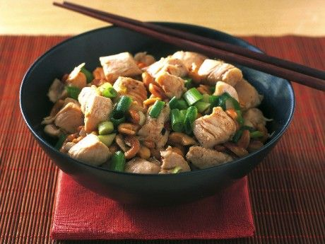 Recept på kyckling med cashewnötter. Kyckling med cashewnötter är mångas favorit. Såhär lagar du den populära rätten.