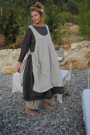Now this is a smock/apron that I would live in, hmmmm, where is that linen I have stashed away?