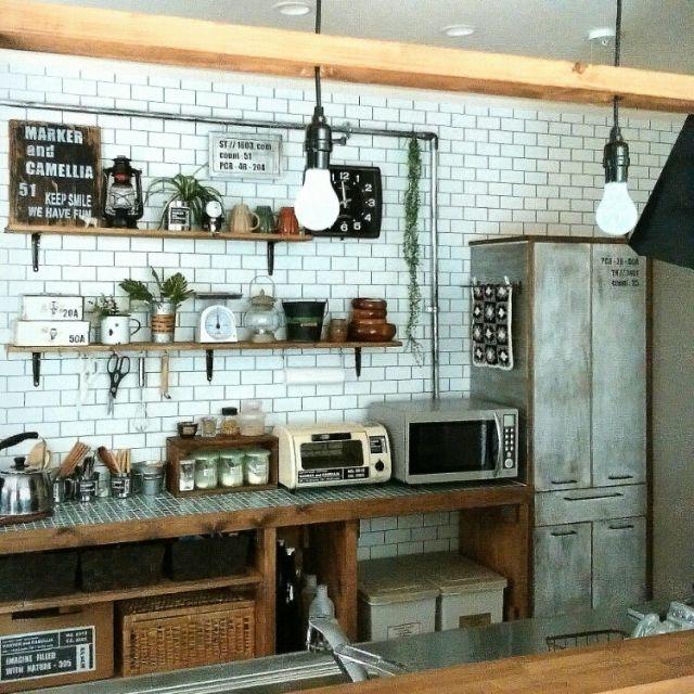前から気になってたレンジ横の食器棚(・_・;)。。 全面木目だったのを、扉と側面をシルバーで塗装しました(〃'▽'〃) あとは右上に控えめにステンシルして、厨房にありそうな食器棚を目指してブログよかったら見てみて下さい♩/食器棚リメイク/インダストリアル/男前…などのインテリア実例 - 2015-12-28 12:20:14 | RoomClip(ルームクリップ)