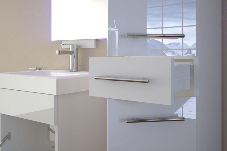 Rustykalne koszyki i pudełka pomagające w utrzymaniu porządku odchodzą do lamusa. Znacznie bardziej eleganckie rozwiązanie to lakierowane meble łazienkowe, które zapewniają o wiele więcej miejsca.