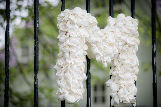 Initialen met ballonnen zelf maken voor de bruiloft. Leuk effect! Fotocredit: Eppel Fotografie (http://www.eppel.nl/) - Pinterested @ http://wedspiration.com.