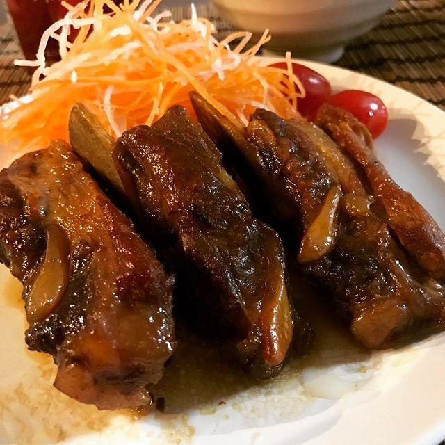 * * スーパー行ったら国産の骨付きバラ肉がお買い得品。 今夜は麻婆豆腐にしようかと思ったけど…スペアリブに変更しました。 ルクで3時間ほど煮込んだだけでも十分柔らかくなりました。 骨周りのお肉って美味しいよねぇ♪ * * #スペアリブ#肉#晩ごはん#今日の夕飯#夕飯#料理#food#dinner#instagood#ばんごはん#おうちご飯#yummy#おうちごはん#お家ごはん#夜ご飯#夕食#cooking#homecooking