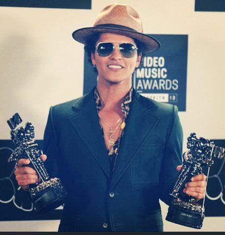 #brunomars wins 2 awards at #vmas2013