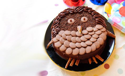 how cute is it! and how easy would lit be to make!  Chocolate owl birthday cake