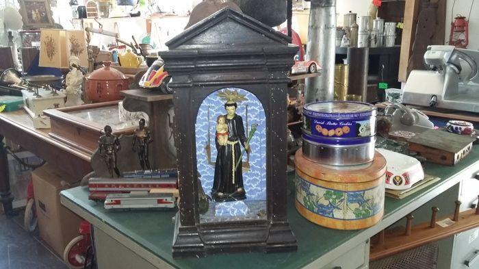 Houten hoofdstad met St. Anthony Italië  Antieke houten kapitaal uit de late 18e / begin 19e eeuw met een afbeelding van de Heilige Antonius in hout ook al van meer recente tijden (misschien vroeg 20e eeuw). Intact en heeft daar in uitstekende conditie mist het alleen het front glas. Hoogte 53 cm breedte 28 cm diepte 135 cm. Perfect thuis of in privé kapellen.Kan worden bekeken in Rivadolmo in de provincie Baone Via Riviera 32 35030 PADUA.  EUR 6.00  Meer informatie