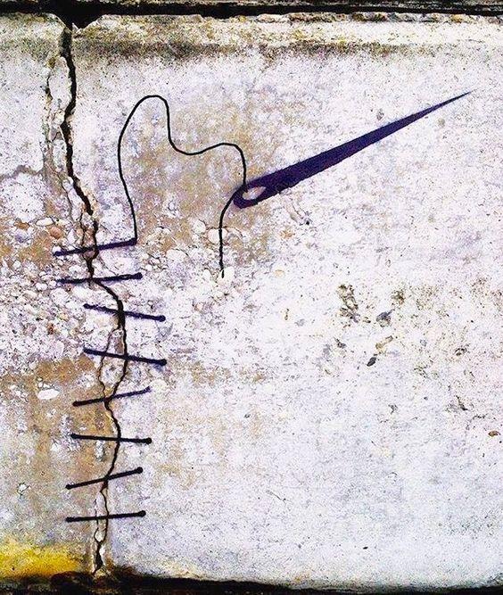 De fil en aiguille pourrons-nous réparer la ville ?  / Street art.
