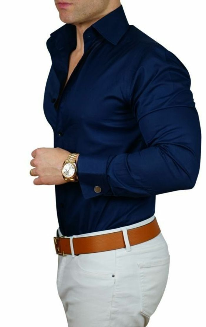 e27866f28587 chemise en bleu nuit, pantalon blanc, ceinture marron, montre au bracelet  couleur dorée, vetement homme stylé, tenue classe homme