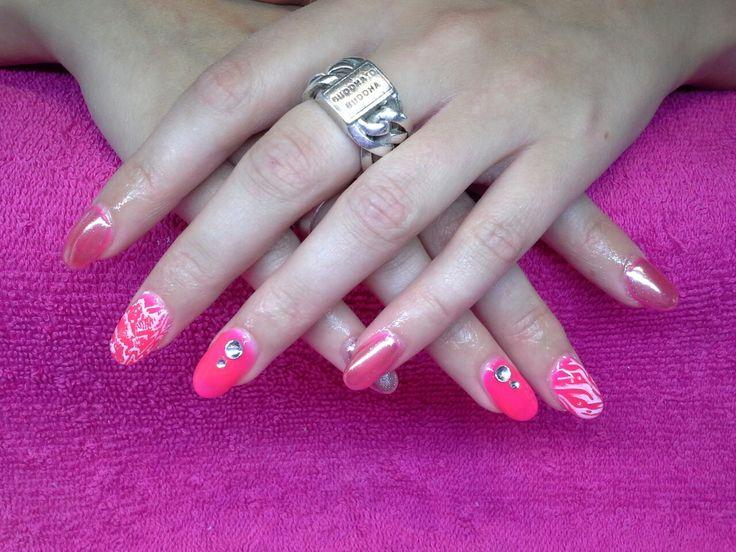 Gellak glowing pink met stempels en chrome poeder