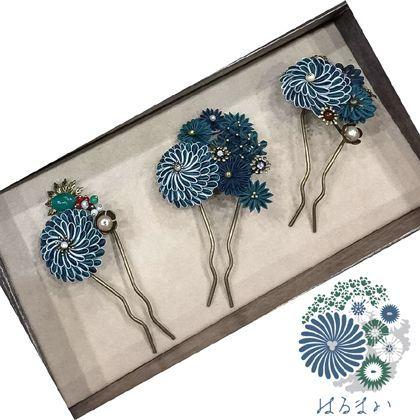 三種類のねじり菊のつまみかんざしです。全てデザインが違います。向かって右端のものは、ねじり乱菊と呼んでいるねじり菊のランダムな要素を追加したものです。残り二つもプロトタイプ版とはデザインを変えています。今のところ、同色同デザインのものを作る