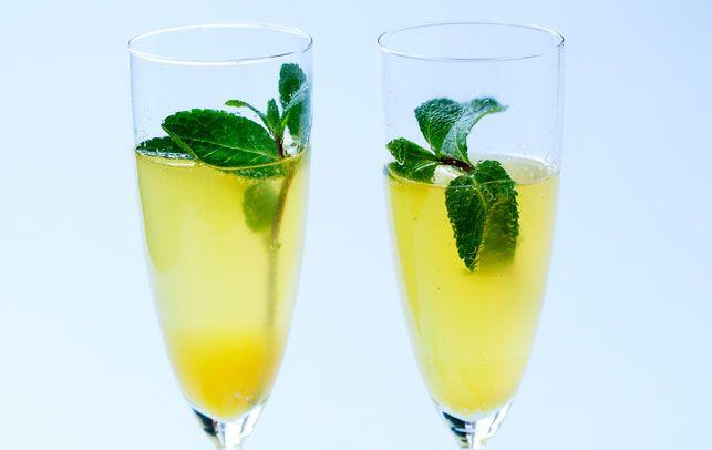 Velkomstdrink: Bobler med ingefær, citrus og mynte. 1 tsk rørsukker ½ dl vand 3-4 skiver ingefær af ½ cm 2-3 skiver lime, usprøjtet saften af ½ appelsin 2 kviste mynte 2-4 glas cava eller champagne