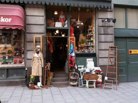 Uppåt Väggarna Second Hand, Rosenlundsgatan 1, Södermalm. Underbar liten knökfull butik, som bara tar in äldre saker. En pratstund med den trevliga personalen är halva nöjet.